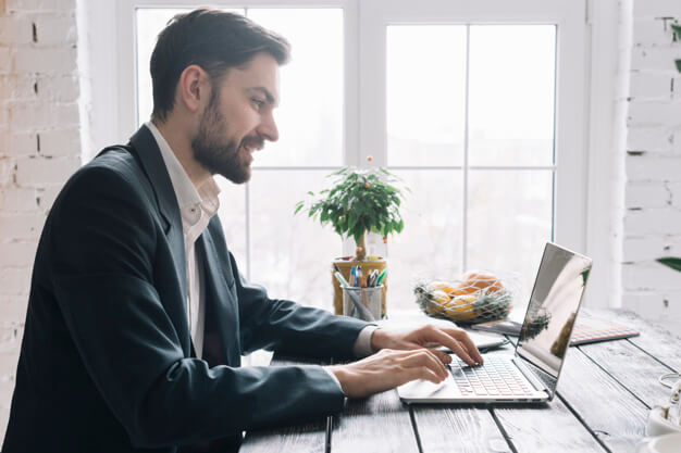 homem aprendendo as funções do word no computador