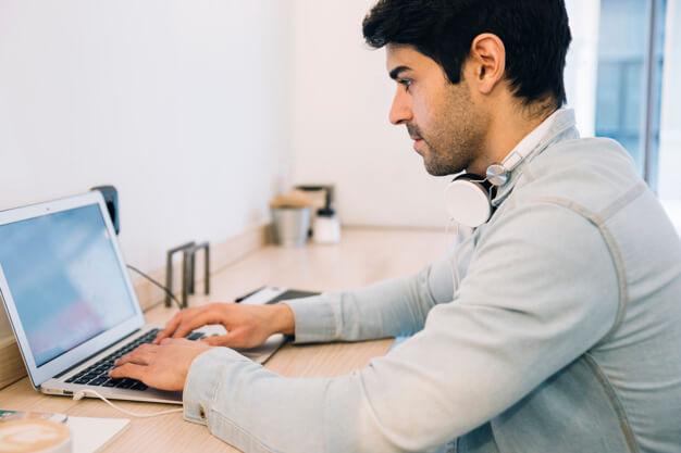 homem fazendo curso de marketing online