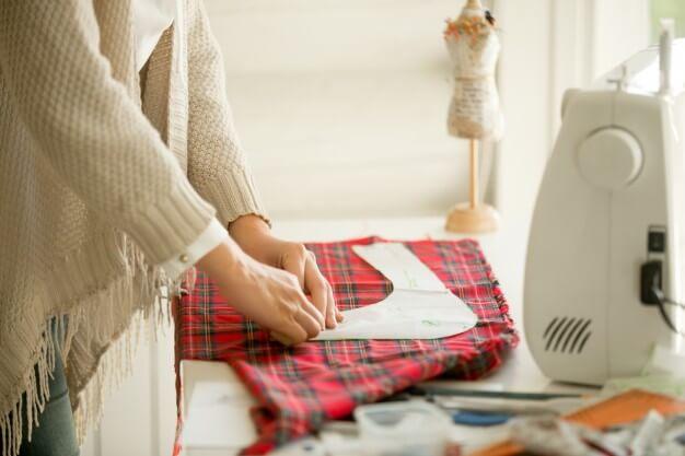 mulher costurando curso de corte e costura