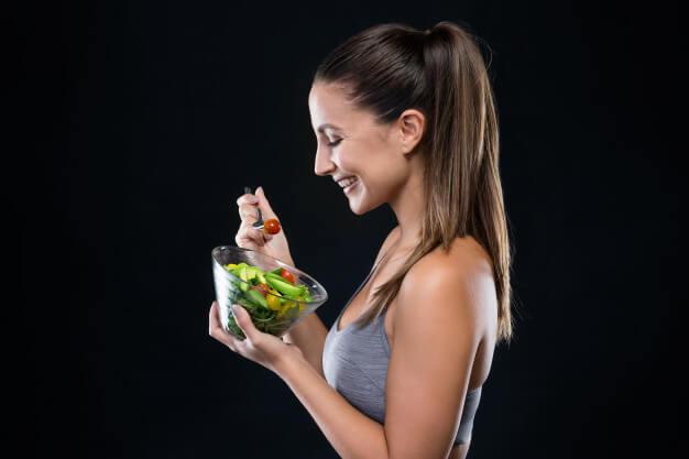 mulher comendo salada curso de vegetarianismo