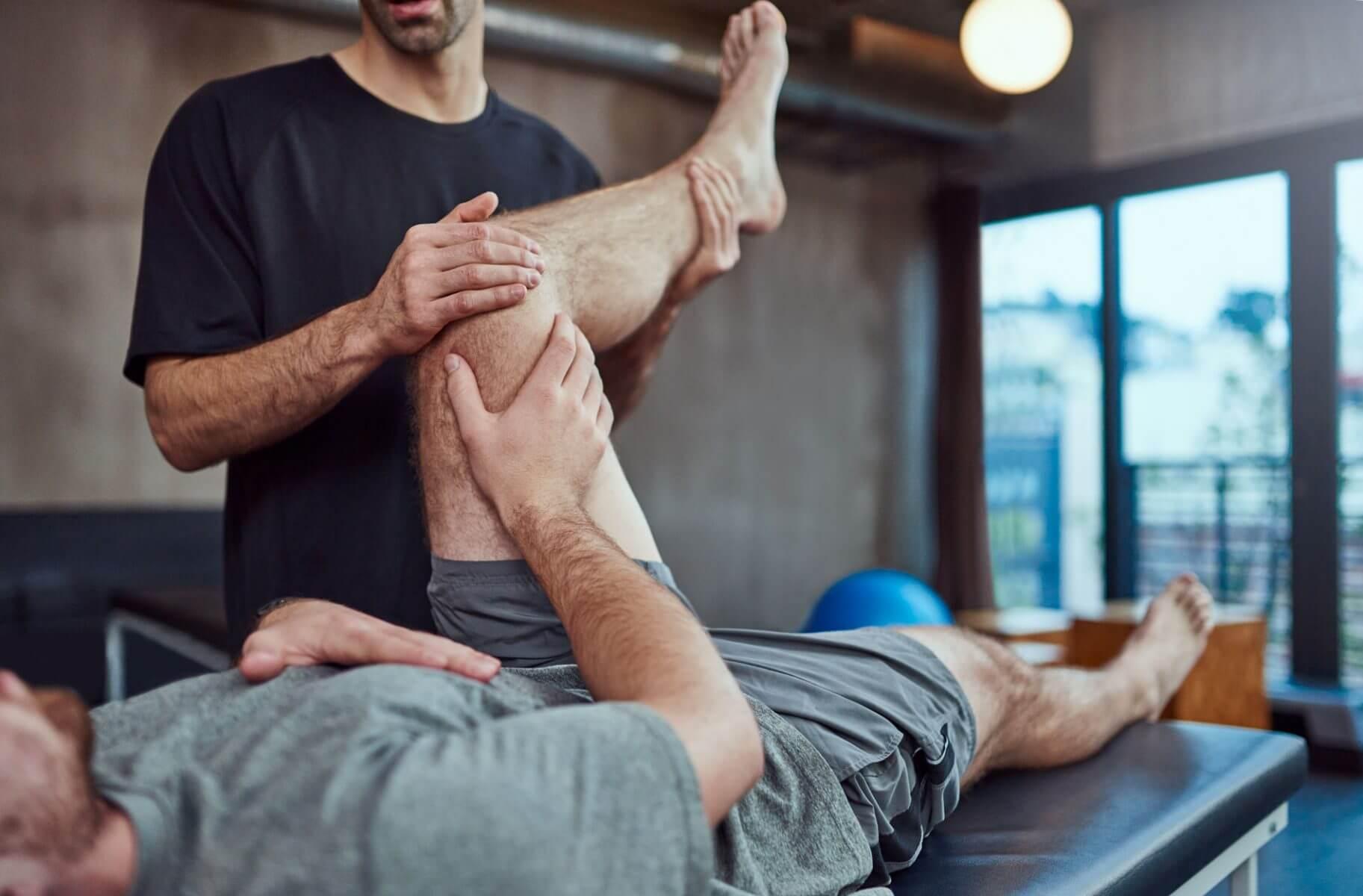 profissional atuando curso de fisioterapia desportiva