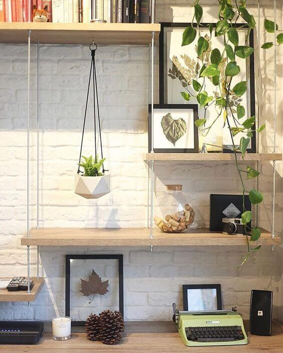 escritório decorado com plantas e prateleiras de madeira