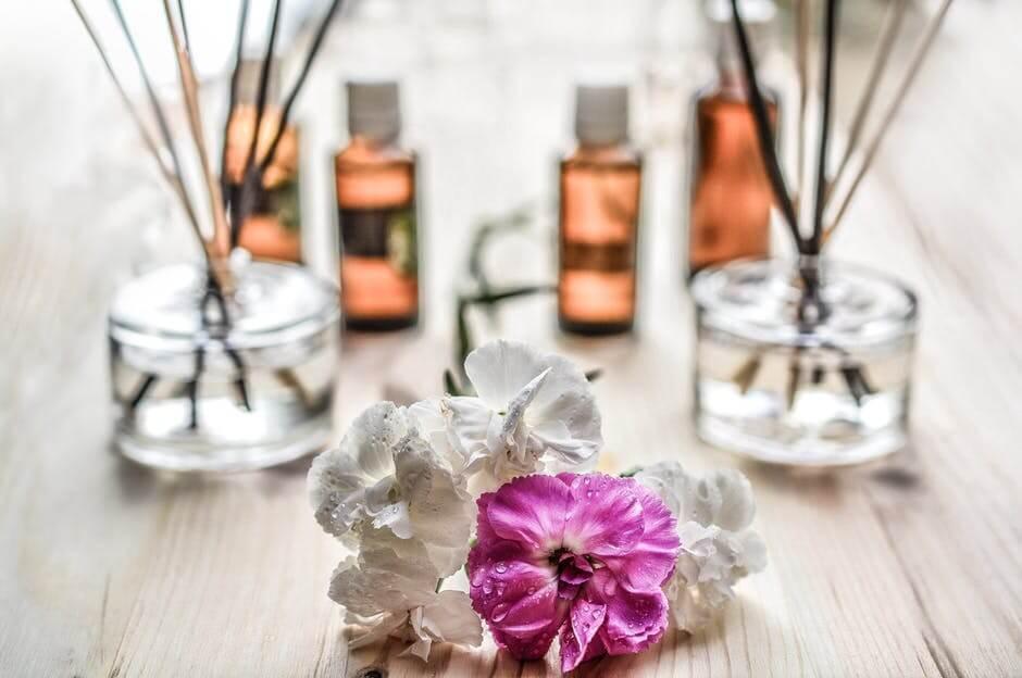 aromatizantes e pétalas para prática de reiki