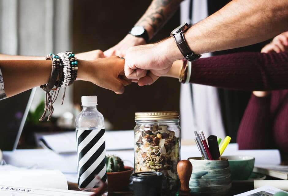 curso para líderes mãos unidas em uma mesa de negócios
