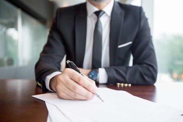 secretariado executivo profissional anotando no papel