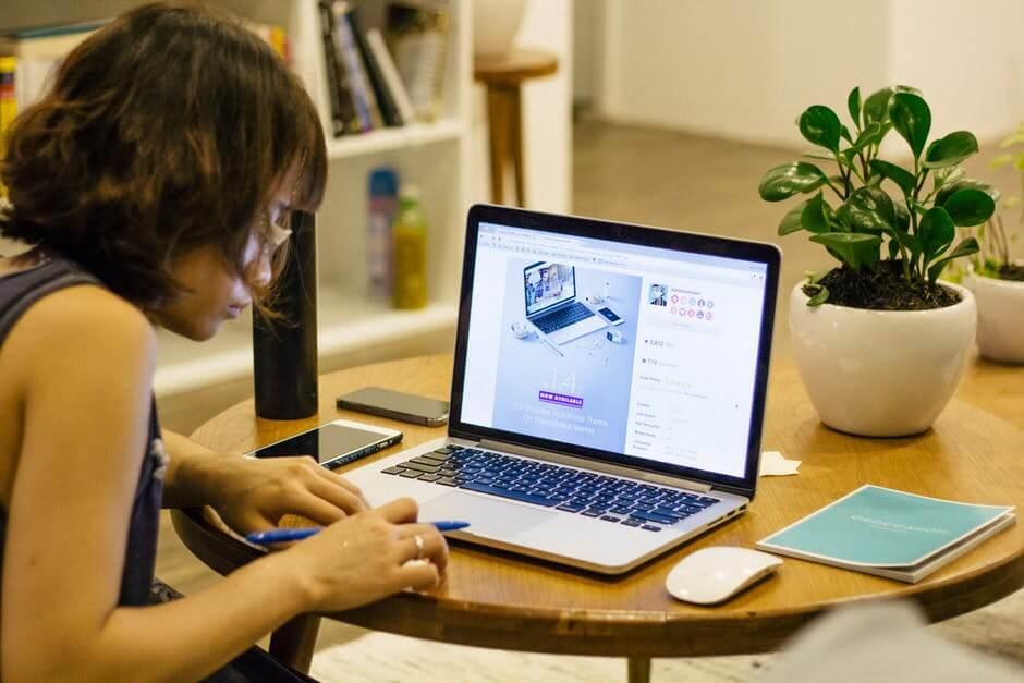 mulher estudando online com notebook em cima da mesa