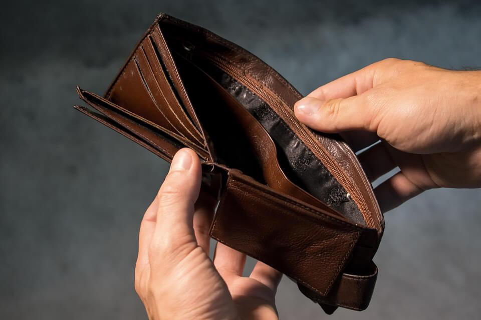 homem segurando carteira vazia