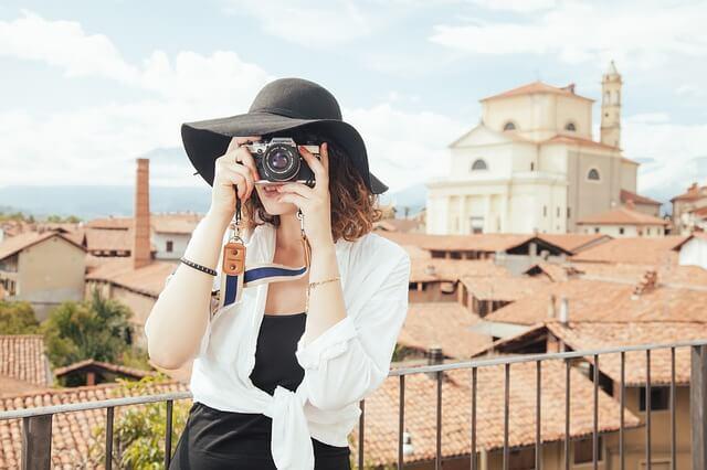 Mulher tirando fotos em paisagem