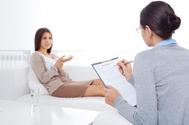 Terapeuta conversando com paciente mulher