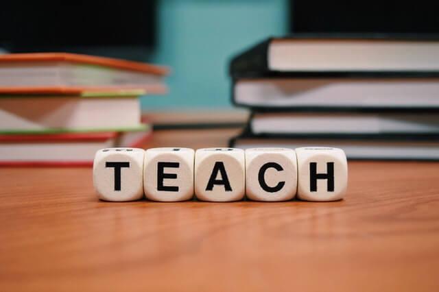 A imagem mostra a palavra teach em inglês