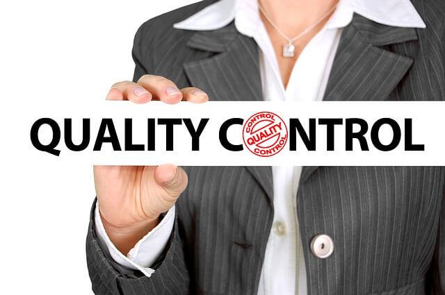 Mulher segurando os dizeres Quality Control