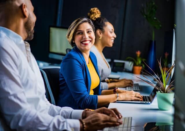 Pessoas trabalhando em escritório usando a informática