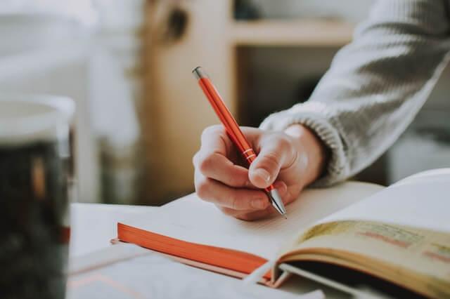 Pessoa estudando para bolsa de estudos no exterior
