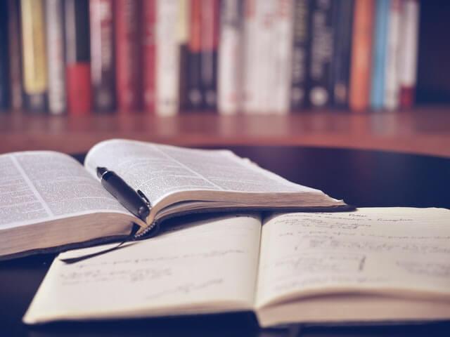 Livros abertos sobre a mesa