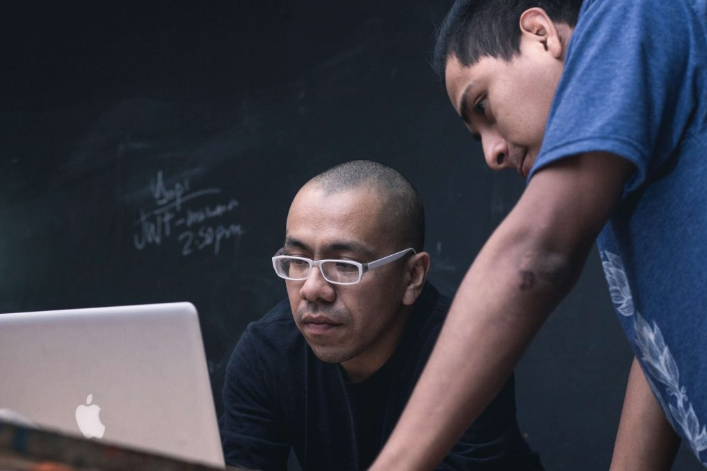 Professor ensinando aluno