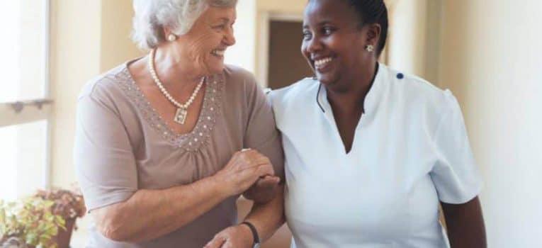 Acompanhante de idosos: entenda como esse profissional ganhará cada vez mais importância