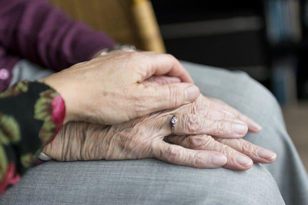 Por que investir em um profissional cuidador de idosos?